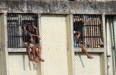 Na manhã de 14 de agosto de 2016, o pedreiro Felipe, estava sentado com amigos na calçada na frente de sua casa no Jardim Pantanal, bairro pobre na zona leste. Dois policiais militares, montados em motos, entraram na rua. Com medo, Felipe e os jovens correram. O pedreiro, sem arma, foi preso. Tteve três minutos para se defender da acusação de tráfico de drogas em uma audiência no TJ de São Paulo, na Barra Funda, zona oeste da capital. Acabou condenado a um ano e oito meses em regime fechado.
