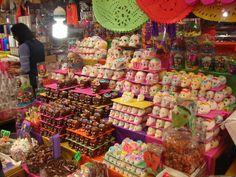 La mejor temporada para ir a este mercado es cerca del Día de Muertos (2 de noviembre), pues los pasillos se llenan de artículos relacionados a esa temática.