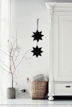 Nordic Christmas Kindesign If you're thinking of decorating your home in a Nordic-inspired Christmas theme this year, we have numerous ideas to create a fun and festive scheme. Decoration Christmas, Noel Christmas, All Things Christmas, Winter Christmas, Christmas Themes, Christmas Crafts, Christmas Branches, Christmas Candles, Christmas Feeling