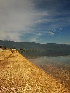 Poso Lake, Sulawesi Tengah | danau dengan pasir kuning keemasan.