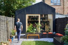 Architecture and design studio Richard John Andrews has recently completed a small backyard office in London England that's used as a workplace for their own firm. Outdoor Office, Backyard Office, Backyard Studio, Backyard Cabin, Studio Hangar, Shed Conversion Ideas, Shed Office, Studio Shed, Modern Shed