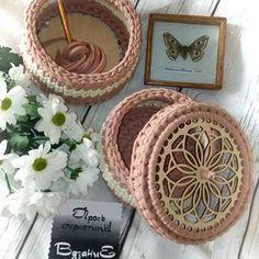 Çok başarılı olmuş sizlerde ahşap tabanlarımızı hem taban hemde kapak olarak kullanabilirsiniz @t_pahoma_crochet #pinterest#quotation #excerpts #knittingaddict #crochet #örgü #dantel #elyapımı #dekoratiftg #decoration #ilginçfikirler #kurdele #tasarım #hobi #instafollow #instalike #instaflower #rose #mandala#knitting #supla #bardakaltligi#tığişi#babyblanket#sepet #penyeip#puf #love Crochet Flower Tutorial, Crochet Box, Crochet Basket Pattern, Crochet Purses, Crochet Doilies, Crochet Stitches, Crochet Patterns, Ribbon Embroidery Tutorial, Knitted Bags