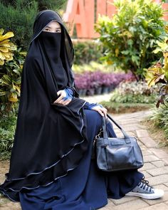 Any exploration of ancient Muslim covering can not be thought of complete while not associate degree in-depth discussion of the hijab, a standard Muslim scarf worn by Muslim girls round the world. Niqab Fashion, Muslim Fashion, Girl Fashion, Beautiful Muslim Women, Beautiful Hijab, Hijabi Girl, Girl Hijab, Habits Musulmans, Hijab Jeans