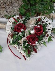 Valentines Flowers, Valentine Day Wreaths, Valentine Day Crafts, Valentine Decorations, Grave Flowers, Funeral Flowers, Diy Flowers, Cemetery Decorations, Church Wedding Decorations