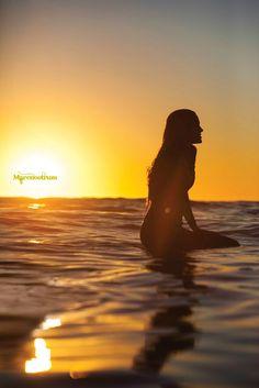 A volte basta il mare, o anche soltanto il suo profumo di onde e di salsedine, per sentirsi vivi e percepirsi come parte pulsante dell'universo, per provare l'armonia dei mattini appena nati camminando lungo la spiaggia umida a piedi nudi, per godere la magia delle sere in cui l'unica voce è quella della risacca, per respirare un volo di gabbiano, o quei bagliori mobili che dal mare filtrano fra le ciglia di palpebre socchiuse.