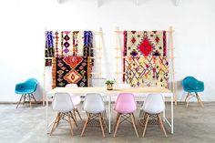 Quer ideia mais perfeita do que usar os tapetes coloridos para decorar as paredes ao invés do chão? Adoramos a vida que eles trouxeram para a sala de jantar e mais ainda como eles completaram essa brincadeira com cadeiras diferenciadas e igualmente coloridas.
