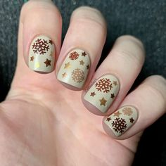 """Bianka I Nailart & Swatches en Instagram: """"Here is another snowflake mani using brown colors! ❄️🤎 I hope I'm not the only one posting winter manis here! 🤣 Just to be clear, the…"""" Xmas Nails, Snowflakes, Swatch, Brown Colors, Nail Art, Beauty, Winter, Instagram, Christmas Manicure"""
