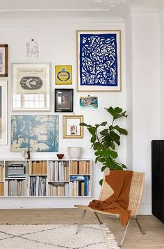 Love this eclectic gallery wall grouping - the unexpected addition of the deep b. - Love this eclectic gallery wall grouping – the unexpected addition of the deep blue work in the t - Decor Room, Living Room Decor, Living Spaces, Home Decor, Dining Room, Living Walls, Room Art, Bold Living Room, Interior Design Living Room Warm