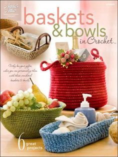 How to crochet a round basket out of gardening twine using three easy stitches. This basket can be made in an afternoon. Crochet Kitchen, Crochet Home, Free Crochet, Crochet Basket Pattern, Crochet Patterns, Crochet Baskets, Crochet Ideas, Crocheted Bags, Round Basket