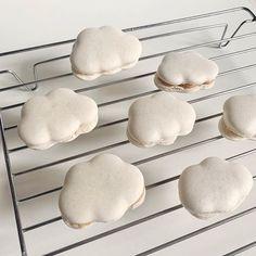 もくもく増え続けてる…!SNSを賑わす「雲マカロン」のアイデア集 Pretty Cakes, Cute Cakes, Cute Desserts, Dessert Recipes, Comida Picnic, Cute Baking, Think Food, Aesthetic Food, White Aesthetic