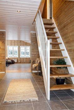 Nordvik & Partners Fjellhytter har gleden av å presentere en nyoppført hytte i det helt nye hyttefeltet i Tverrlia 5. Hytta har ideell planløsning med stue i begge etasjer samt 5 soverom og 2 romslige bad. Prosjektet bygges av Tandberg Fjelleiendom(www.tandbergfjelleiendom.no). Selskapet er grunneier og mangeårig utvikler av kvalitetskonsepter i Nesfjellet. Ansvarlig megler har inngående lokalk...