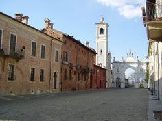 Cherasco, città d'arte e cultura, nota per le lumache, il ciocciolato e i mercatini dell'antiquariato.