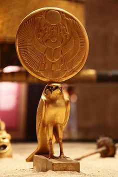 horus Egyptian Kings, Egyptian Art, Egyptian Jewelry, Objets Antiques, Ancient Egypt History, Ancient Aliens, Ancient Greece, Empire Romain, Ancient Artifacts