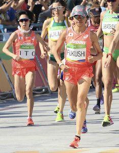 女子マラソン、スタートする福士加代子と伊藤舞(左)(14日、ブラジル・リオデジャネイロで)=大原一郎撮影