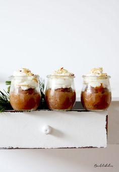 Rotweinkuchen im Glas mit Birnen, Schokostückchen