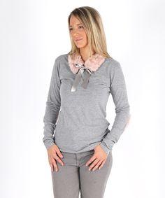 Camiseta con coderas y cuello en pelo rosa. Madre e hija pueden vestir igual con esta camiseta. Moda Mini Me. Cuello y coderas realizados de manera artesanal. Moda Mini Me en #MimetteShop