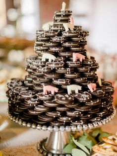 Barn DIY Wedding LOVE this Oreo wedding cake / Seneca Epley PhotographyLOVE this Oreo wedding cake / Seneca Epley Photography Wedding Snacks, Brunch Wedding, Wedding Desserts, Diy Wedding, Rustic Wedding, Wedding Day, Table Wedding, Wedding Trends, Perfect Wedding