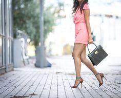 Combinaison chic, combi-short chic, tendance, pink romper, col V, blazer bleu marine, veste officier, summer look, fashion style, fashion tendance, fashion inspiration, combinaison élégante