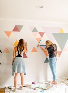 Inspired By This A DIY Geometric Wall Mural with BEHR Paint - - We had a difficult time determining what to do with this blank space at home. So, we teamed up with Behr to create an awesome DIY geometric wall mural! Diy Wand, Room Wall Painting, Diy Painting, Wall Paintings, Creative Wall Painting, Faux Painting, Mural Painting, Painting Furniture, Diy Wall Art