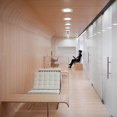 Waiting Area - Clear White Dental Office in Malaga, Spain Designed by Estudio Arquitectura Hago. Healthcare Architecture, Healthcare Design, Interior Architecture, Arch Interior, Office Interior Design, Office Interiors, Office Designs, Office Waiting Rooms, Dental Office Design