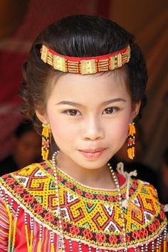 Pretty girl in traditional costume from Celebes, Indonesia We Are The World, People Around The World, Beautiful World, Beautiful People, Image Couple, Beauty Around The World, World Cultures, Interesting Faces, Beautiful Children
