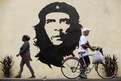 travel restrictions to Cuba, a further step in his efforts to reach out to the people of the communist-ruled country. Cuba Street, Viva Cuba, Ernesto Che Guevara, Nostalgia, Graffiti Tagging, Street Art Graffiti, Chalk Art, Ufo, Looking Back