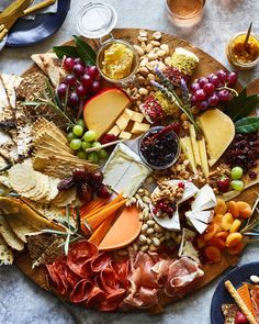 Aperitif with nuts - Clean Eating Snacks Plateau Charcuterie, Charcuterie Board, What Is Charcuterie, Charcuterie Cheese, Food Platters, Cheese Platters, Thanksgiving Appetizers, Thanksgiving Recipes, Hosting Thanksgiving