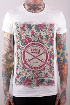 [TOTD] Floral Swords by Small Victory  Dans la continuité du « Aces High Tee » des Anglais de Small Victory, la griffe « South Coast » enchaîne avec un nouveau t-shirt à motif imprimé en grand format. Cette fois-ci, la trame est totalement florale et colle donc parfaitement à la saison…  http://www.grafitee.fr/tee-shirt/floral-swords-small-victory/  #TOTD #lifestyle #floral #Tshirt #UK #SmallVictory