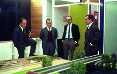 Bernard Hirsch et des agents de l'EPA devant la maquette d'une portion de l'A 15, circa 1970. © CACP / CDU