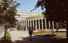 Görgey Artúr utca (Felszabadítók útja), szemben a SZOT székház, jobbra a Rónai Sándor művelődési központ, előtérben Kiss Sándor \ 1974 Utca, Sidewalk, Side Walkway, Walkway, Walkways, Pavement