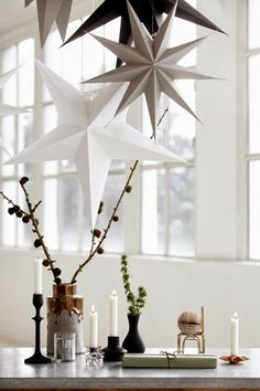 DIY Origami paper stars to hang.Pretty Christmas inspiration in white, pastel and gold - my scandinavian home Christmas Star Decorations, Noel Christmas, Winter Christmas, Xmas, Minimalist Christmas, Modern Christmas, Elegant Christmas, Christmas Aesthetic, Simple Christmas