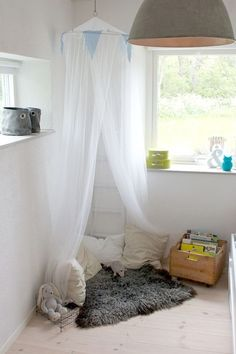 reading corner for a kid's room: make it with tulle & faux fur. Don't forget the felt bins on the website sill