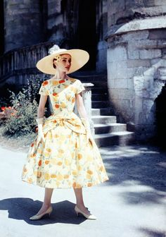 Inspiration: Yellow party dress Audrey Hepburn during the filming of Funny Face in Paris. Dress by Givenchy vintage fashion style movie star late yellow floral dress full skirt summer short sleeves hat shoes Audrey Hepburn Outfit, Audrey Hepburn Funny Face, Audrey Hepburn Born, Katharine Hepburn, Vintage Dresses, Nice Dresses, Vintage Outfits, Dresses Dresses, Vintage Clothing