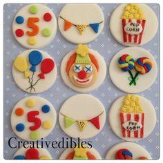 Bienvenue à Creativedibles et je vous remercie de visiter ma petite boutique ! Je crois que de belles créations prennent le temps et je me suis engagé à vous fournir des modèles uniques et magnifiques qui est parfait pour votre dune célébration unique !  Ces hauts de forme de cookie ou un adorable cupcake sont parfaits pour les enfants Carnaval thème anniversaire partie!  Ces embouts fondant comestibles sont fabriqués à la main et sur mesure !  Oui, vous pouvez changer la couleur ! Si vous…