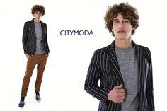 Il maglione Berna coordinato al pantalone Outfit Italy è l'abbinamento ideale per la giacca gessata di BL.11, che uniti alla scarpa ginnica Armani, creano un design particolare ed estroverso.
