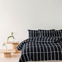 Marimekon Tiiliskivi-tyynyliinassa on pelkistetty geometrinen kuosi, jonka Armi Ratia suunnitteli vuonna 1952. Ajaton Tiiliskivi sopii niin minimalistiseen sisustukseen kuin värikkäiden ja runsaiden kuvioiden rinnalle.