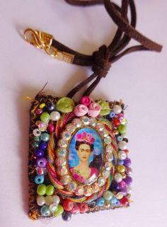 Escapularios frida kahlo Fiber Art Jewelry, Textile Jewelry, Fabric Jewelry, Boho Jewelry, Jewelry Crafts, Jewelry Art, Jewelry Design, Handmade Jewelry, Jewellery