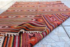 Kilim vintage turc à chiner sur la boutique Etsy Antalyakilims Alex Hotel, Turbulence Deco, Rugs On Carpet, Carpets, Navajo Rugs, Large Rugs, Turkish Kilim Rugs, Vintage Bohemian
