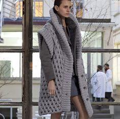 El abrigo es la prenda imprescindible del invierno y de cualquier lugar frío. Además, puede combinarse con otros muchos complementos invernales, como cuellos, bufandas, mitones, gorros, manoplas, j…