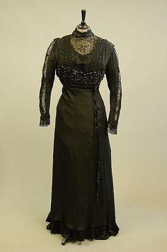 Mourning dress, ca. 1900-1915. Kerry Taylor Auctions/Artfact