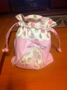 Ballet bag - First ever sewing machine project (super easy and clear tutorial)… Ballet Bag, Ballet Shoe, Drawstring Bag Pattern, Drawstring Bags, Handmade Kids Bags, Dance Bags, Sewing Machine Projects, Sewing Accessories, Favor Bags