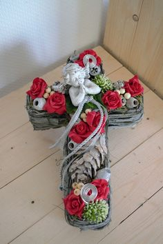 Grave Flowers, Funeral Flowers, Christmas Wreaths, Christmas Crafts, Christmas Decorations, Cemetery Decorations, Funeral Flower Arrangements, All Saints Day, Sympathy Flowers