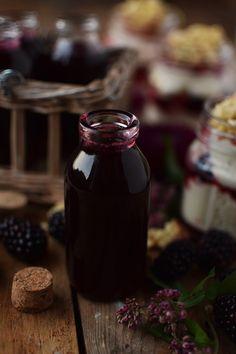 Brombeer Sirup und Mascarpone Dessert mit Streuseln - Blackberry Syrup and Dessert (12) Marzipan, Mascarpone Dessert, Sauce Recipes, Hot Sauce Bottles, Creme, Meat, Desserts, Food, Smoothie