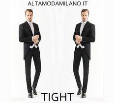 Le nuove collezioni di abiti da sposo uomo elegante di ALTAMODAMILANO.IT Sono abiti molto classici (prevalgono i tre pezzi) rivisitati però in chiave moderna, quindi con tessuti pregiati, magari lucidi o gessati, come questo elegantissimo tight uomo o l'originale abito da sposo bianco.    Estremamente trendy la scelta della cravatta dello stesso tono della camicia  TEL 0276013113