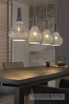 Industrielles Design für Ihr Heim. Die Hängeleuchte ist mit ihren vier kegelförmigen Leuchthauben eine ideale Wahl für eine stilsichere und ausdrucksstarke Innenbeleuchtung. Die Lampe ergibt durch die feine Lochung stimmungsvolles...