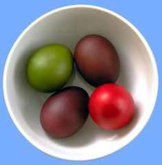 Natural egg dyes  #Easter #Eggs #natural #Πάσχα #Διακόσμηση Egg Dye, Dyes, Easter Eggs, Apple, Canning, Fruit, Natural, Food, Home Decor