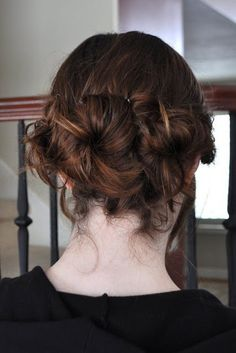 Acomoda esos rodetes juntos para crear algo interesante.   21 peinados ridículamente fáciles que puedes hacer con pinzas giratorias