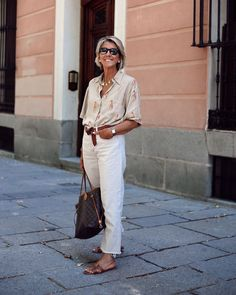 Over 60 Fashion, Over 50 Womens Fashion, 50 Fashion, Fashion Outfits, Mom Outfits, Stylish Outfits, Classic Fashion Looks, White Pants Outfit, Mature Women Fashion