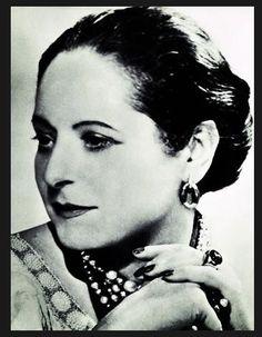 HELENA RUBINSTEIN una de las primeras mujeres  que logro alcanzar el éxito profesional como empresaria en una época de solo hombres