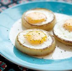 Soğanlardan bir parmak yüksekliğinde halkalar kesin ve galeta ununa bulayarak önceden kızdırılmış zeytinyağlı tavada çevirerek pişirin. Yumurtaları so...